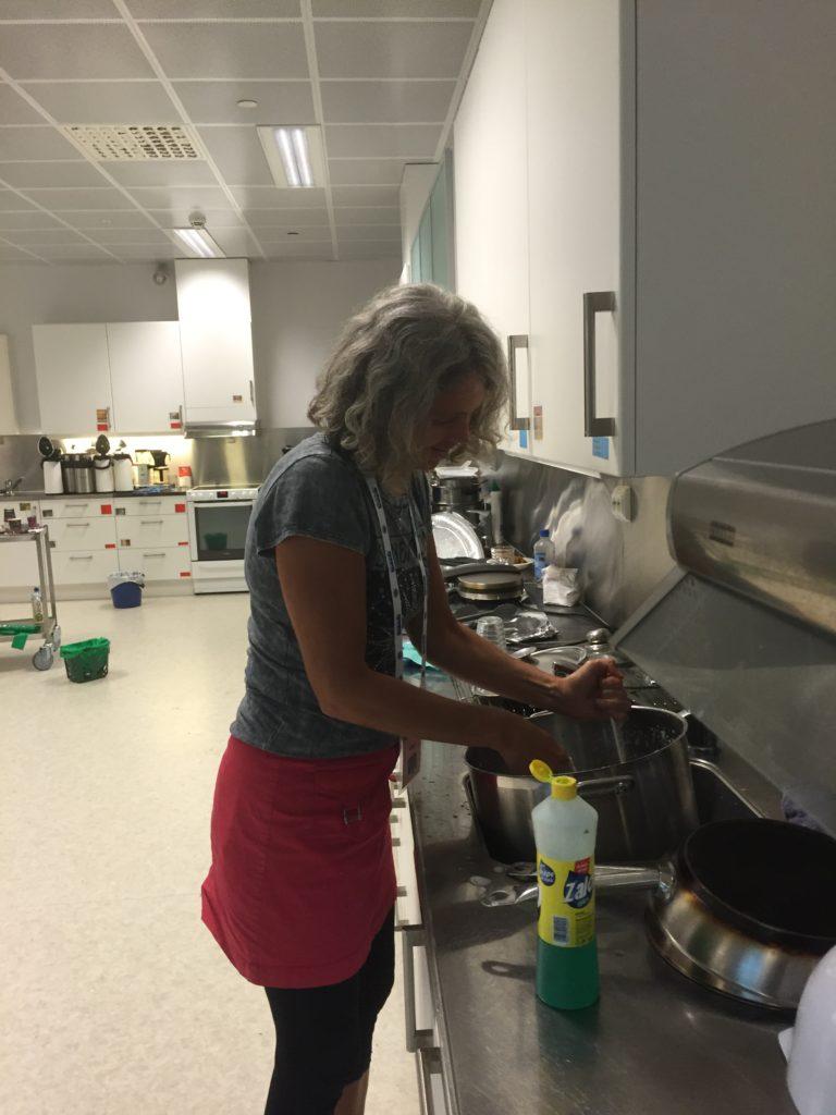 Mor Sjøttem-Jacobsen heter Eva og baker noen fantastiske kanelboller...