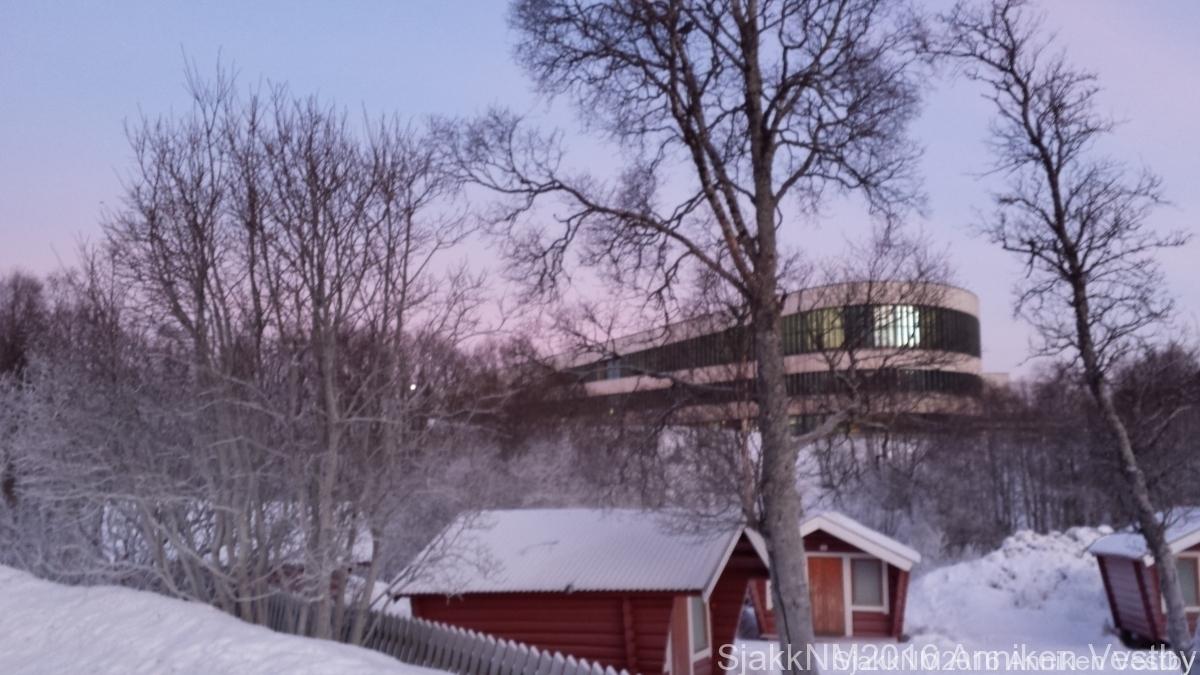 Småhytter på Campingplassen med Tromstun skole i bakgrunnen